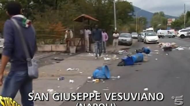 Profughi devastano palazzina: bloccano strada e gettano rifiuti da finestre
