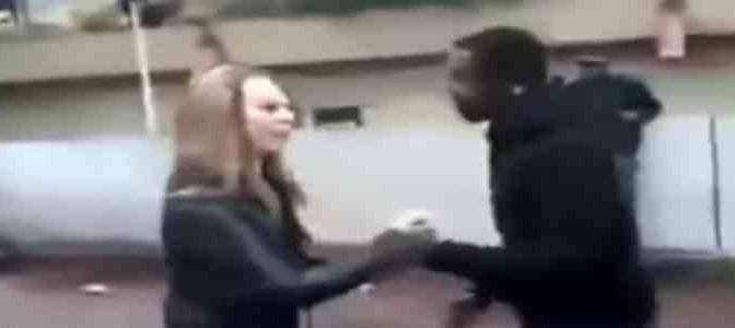 Ragazzina rifiuta avance africani: ecco cosa le fanno – VIDEO