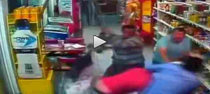 Irrompono armati in negozio: lavoratori li gonfiano di botte – VIDEO
