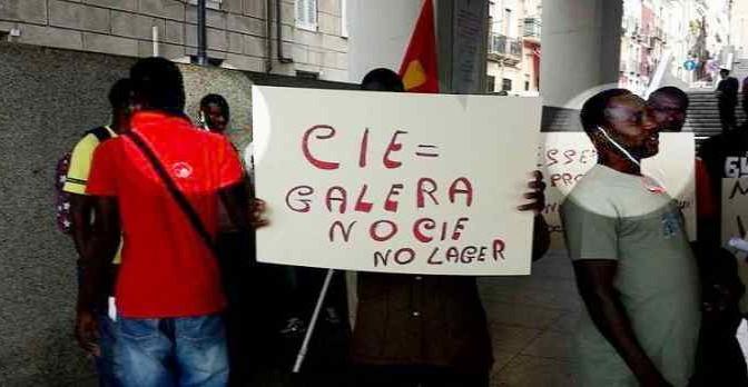 """Profughi protestano: """"Viviamo in un lager"""" – FOTO"""
