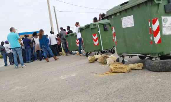 """Profughi fanno posti di blocco: """"Vogliamo lo stipendio"""" – FOTO"""