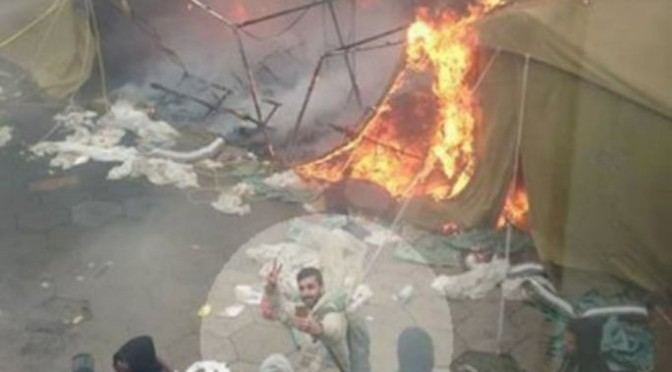 Profughi festeggiano con un selfie la tendopoli incendiata, da loro
