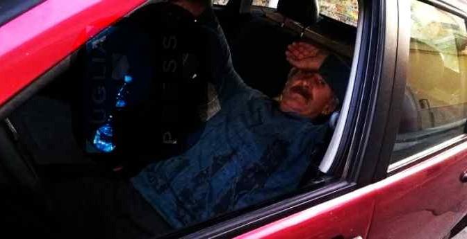 Italiano, 61 anni: dorme in auto, sindaco e vescovo se ne fregano