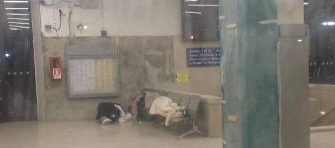 Arezzo invasa da venditori abusivi: la stazione è il loro dormitorio