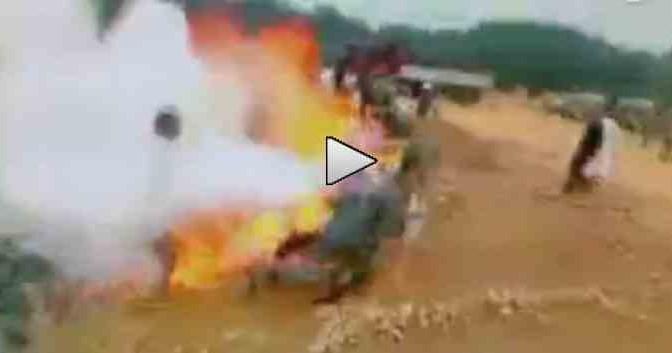 Bruciano vivi poliziotti: espropriavano loro terra – VIDEO