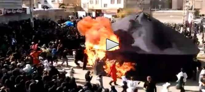 Islamici scherzano col fuoco e bruciano uomo – Video