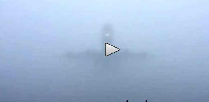 Aereo emerge dalla nebbia – Video