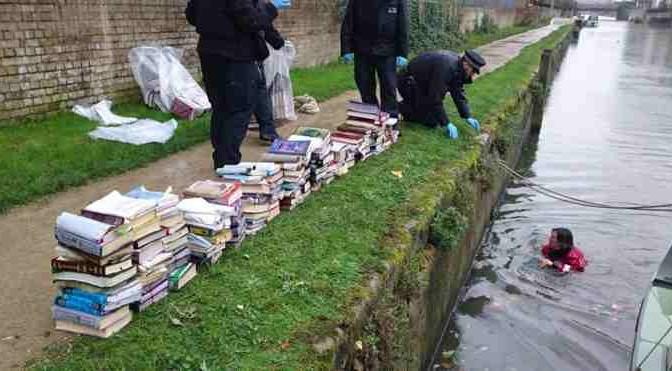 Agenti costretti a tuffarsi in fiume per 'salvare' Corani
