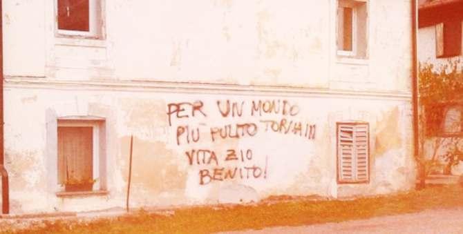 Prete e sindaco accolgono clandestini: popolazione inneggia a Mussolini