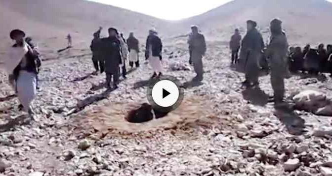 Islamici la infilano in buco e lapidano a morte – VIDEO