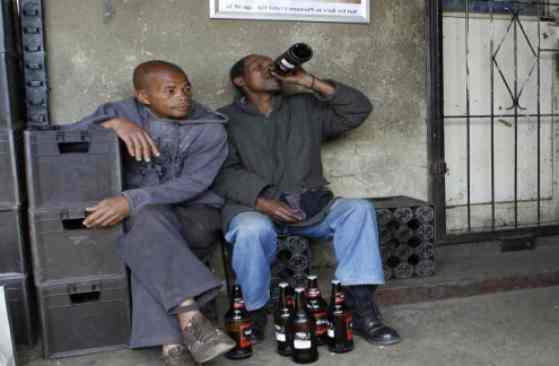 Profughi ubriachi vagano per la città