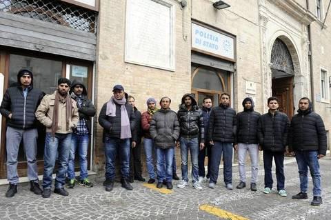"""Pakistani in piazza: """"Dovete pagarci stipendio da profughi"""""""