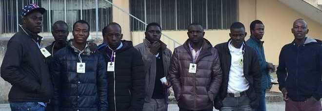 Questi nove profughi hanno gettato nei cassonetti i vestiti donati da contribuenti