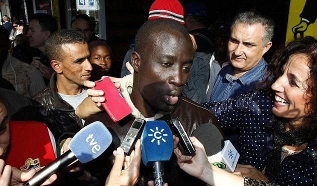 Clandestino senegalese vince lotteria Natale in Spagna, giornalisti estasiati