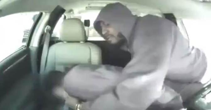 Nero irrompe in auto e lo pesta per il suo iPhone – VIDEO