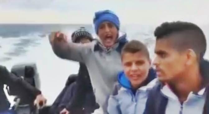 Ecco come i migranti ci prendono in giro sui barconi – VIDEO