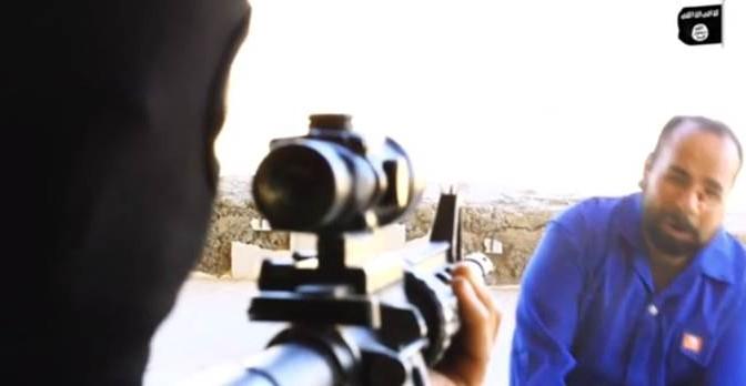ISIS giustizia prigioniero: pallottola in pieno volto – VIDEO
