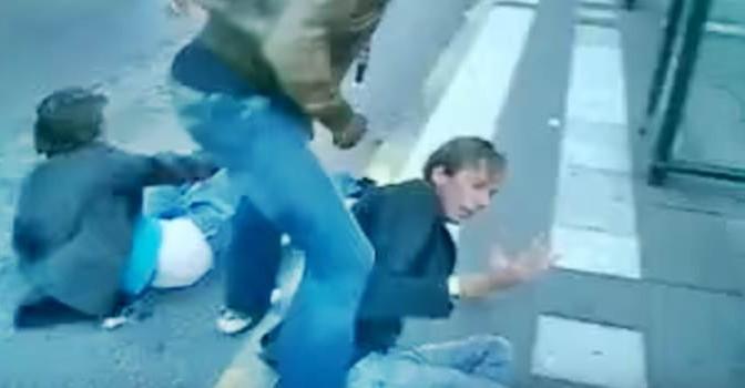 Chiedono a migranti di non pisciare in fioriere: pestati a sangue – VIDEO