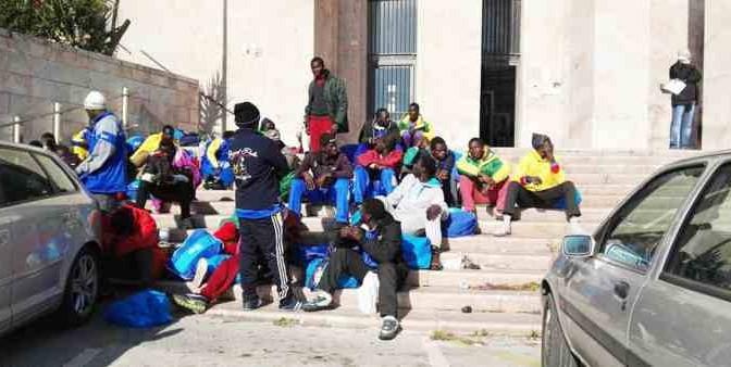 Africani espulsi esigono accoglienza e assediano Questura