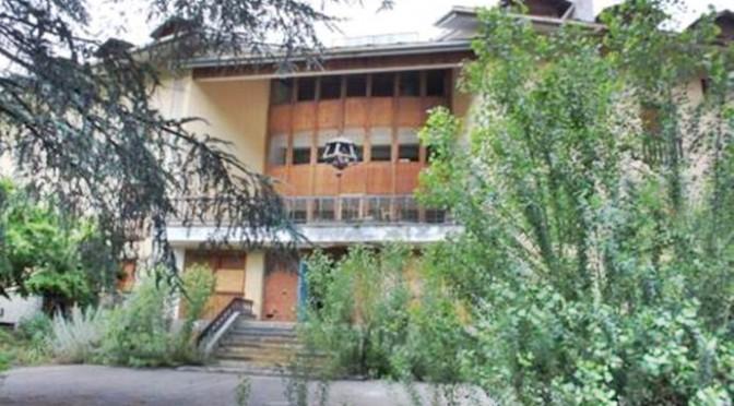 Renzi trasforma hotel in centro accoglienza: profughi a sciare