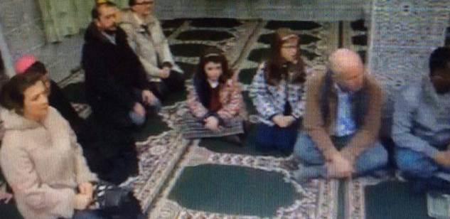Vescovo Genova prega Allah in moschea – FOTO