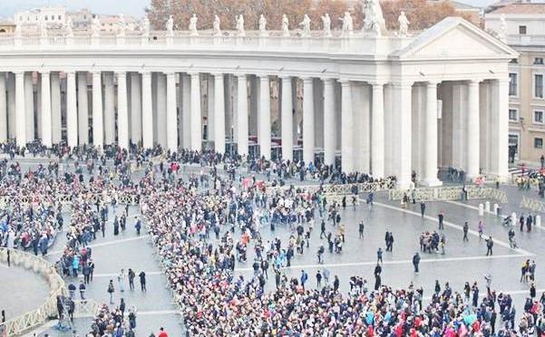 Bergoglio chiama i clandestini per riempire una piazza sempre più vuota