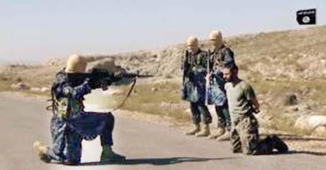 """ISIS """"giustizia"""" prigioniero: """"Ecco come uccidiamo gli infedeli"""" – VIDEO"""
