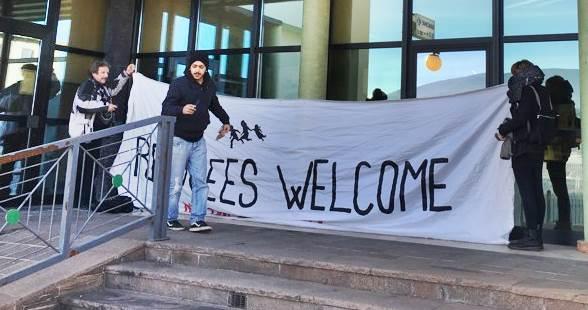 Cittadini sconfiggono la banca: centro sociale protesta, ma sono 3 contro 160