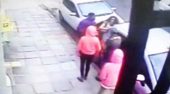 Torna da scuola e banda africana tenta stupro – VIDEO