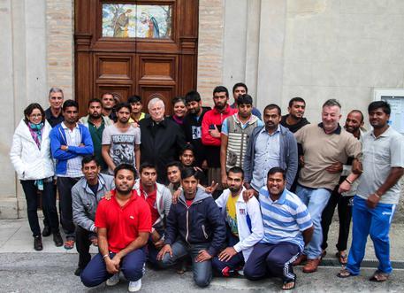 Vescovo usa 8 per mille per invitare a casa sua 25 maschioni islamici