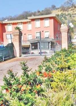 Ecco l'hotel di lusso dove ospitiamo 19 'presunti' terroristi islamici – FOTO