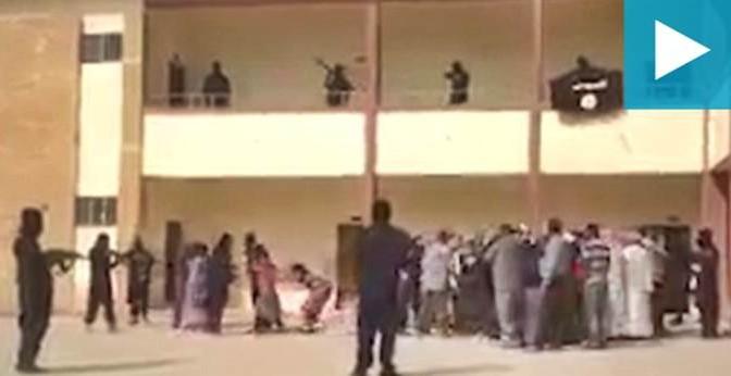 """Islamici armati rastrellano """"infedeli"""": bambine strappate via dai genitori, urla – VIDEO STRAZIANTE"""