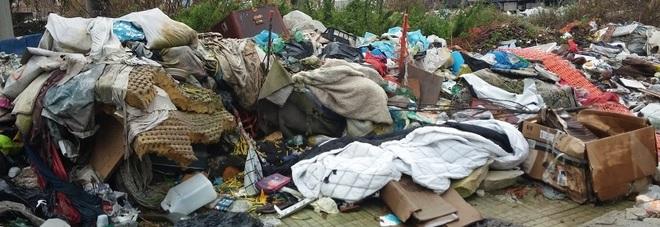 Rom ammassano quintali di rifiuti davanti scuola