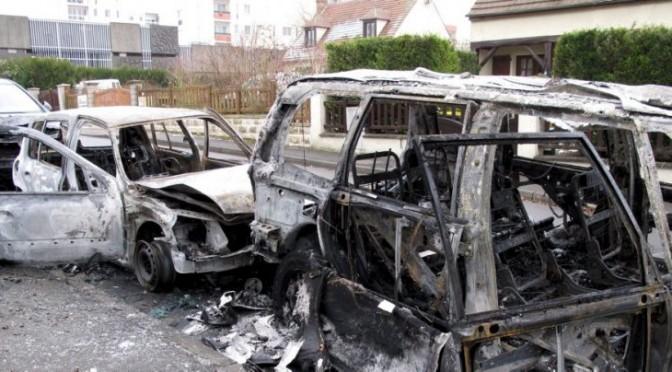 """Governo Francia esulta: """"Bruciate solo 804 auto a Capodanno"""""""