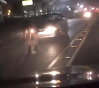 Fuma marijuana sintetica, auto lo travolge mentre si spoglia in strada – VIDEO CHOC