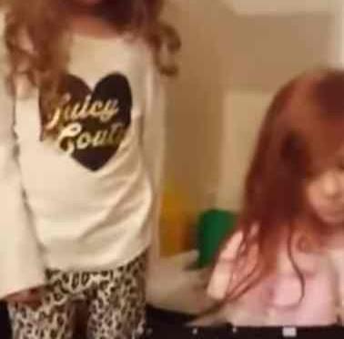 Genitori impongono bambole nere a sorelline – VIDEO
