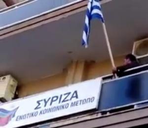 Agricoltori occupano sede Syriza: bruciano bandiera, issano quella greca – VIDEO