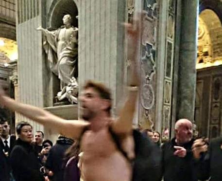 Senzatetto nudo irrompe in San Pietro, che dicevi Bergoglio sui muri?