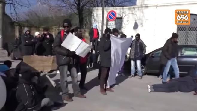 """Polizia contro profughi schizzinosi: """"Cibo gettato in strada"""""""