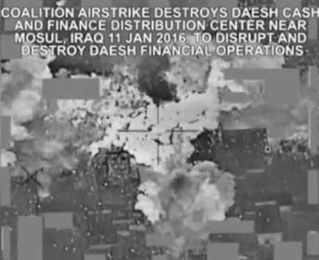 Bombardata la cassaforte di ISIS: banconote fluttuano in volo – VIDEO