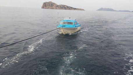 """Ecco la GC """"italiana"""" che traina barca di clandestini: dopo 1 ora erano già in hotel  I Quattro Mori"""