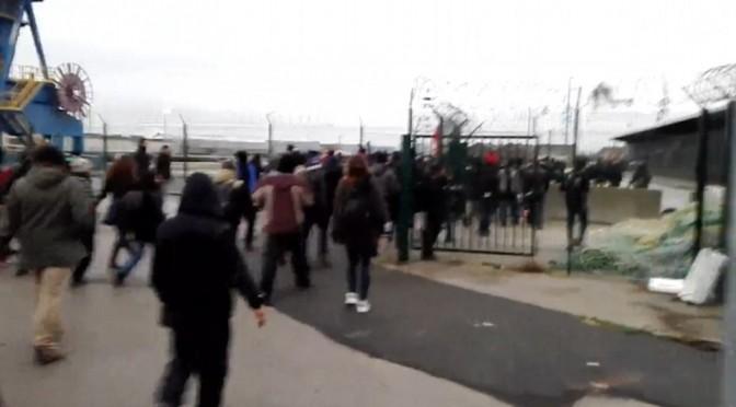 Calais: traghetto sgomberato dai clandestini assalitori