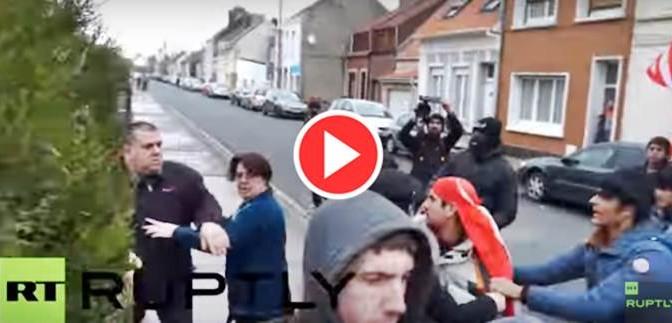 CLANDESTINI E CENTRI SOCIALI ASSALTANO CASA, UOMO ESCE CON FUCILE – VIDEO