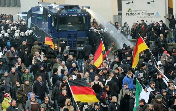 Merkel schiera 1.700 agenti contro i patrioti: dov'erano la notte di Capodanno?