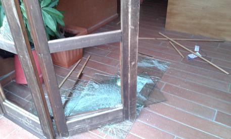 PROFUGHI DEVASTANO HOTEL E PICCHIANO CARABINIERI: STIPENDIO IN RITARDO