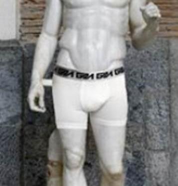 Arriva l'Ayatollah, Renzi mette le mutande alle statue