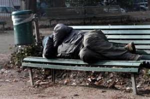 E' morto di freddo su una panchina, ma il sindaco pensa agli africani
