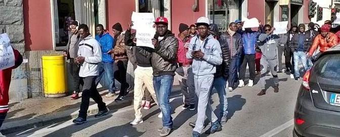 """Profughi bloccano strada: """"Vogliamo wi-fi veloce e TV al plasma"""""""