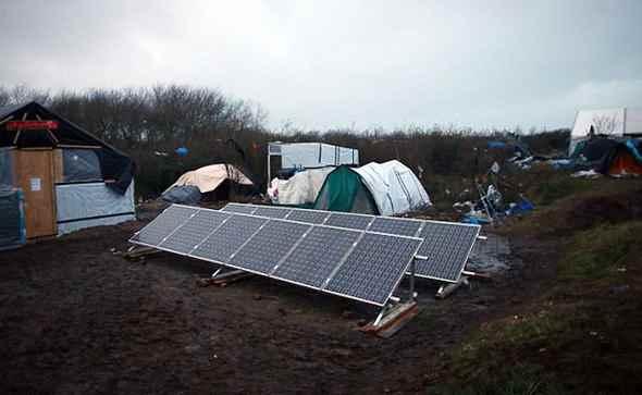 Calais, anche pannelli solari per i clandestini