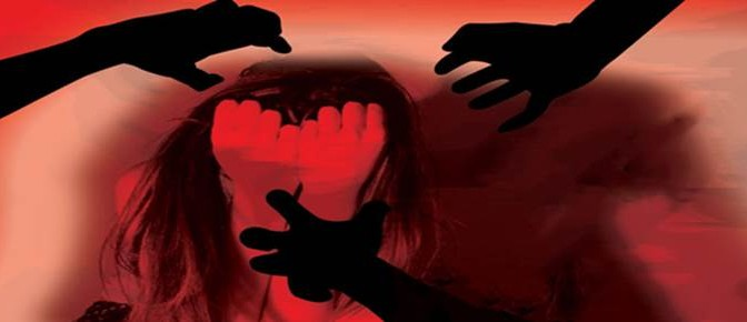 Circondata: 3 immigrati armati di coltello tentano di violentarla e la sfregiano
